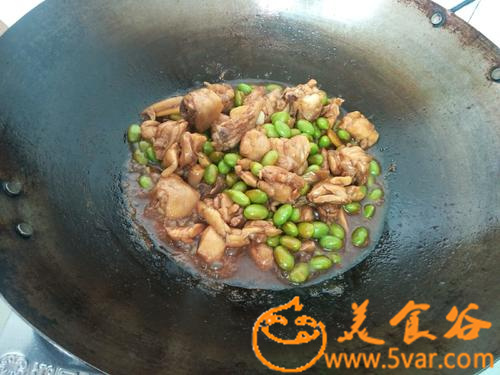 The practice of roasting chicken legs with edamame and rice